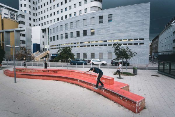 blue-tomamto-team-in-vienna-robert-klausner-backside-tailslide-foto-hannes-mautner