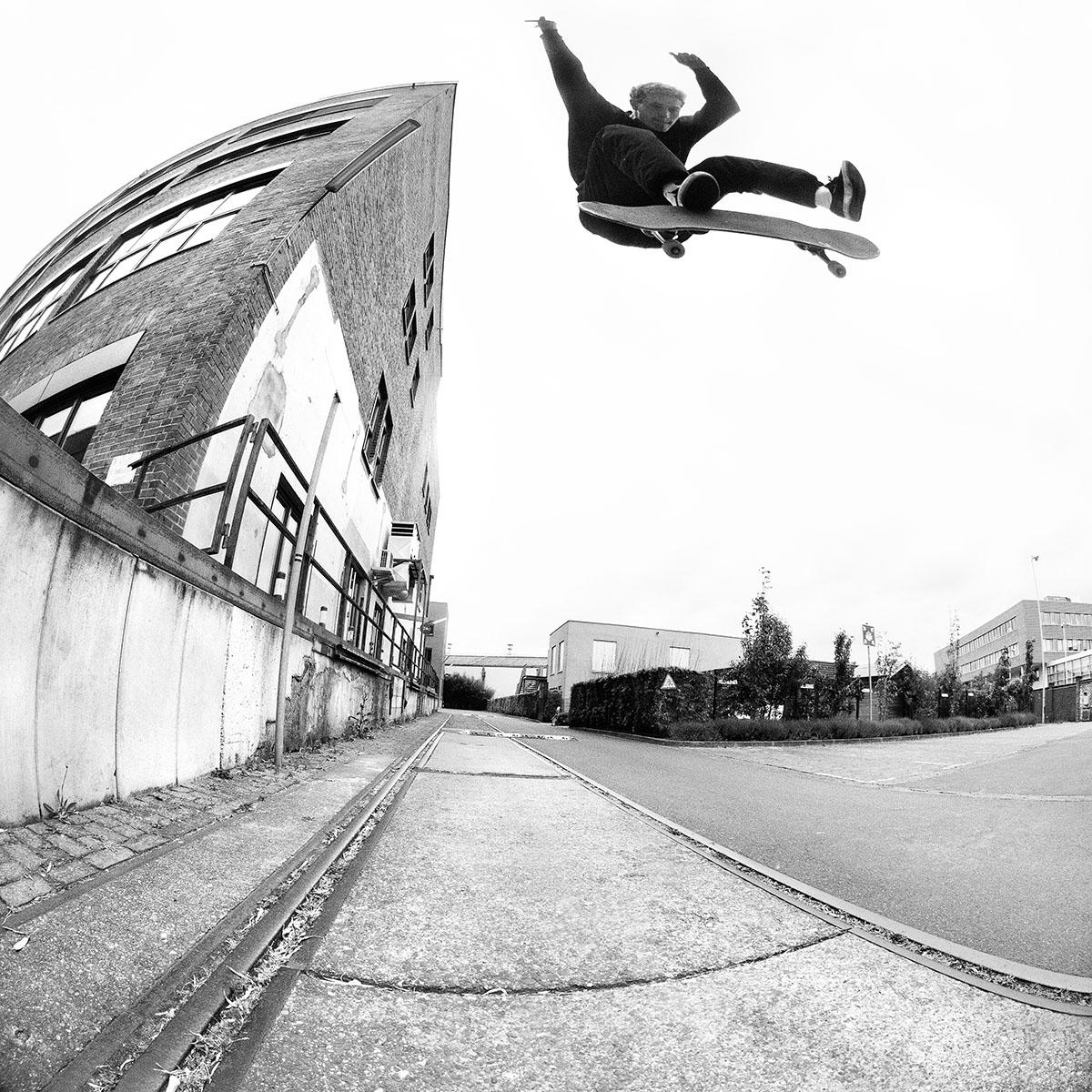 Niklas-Stube-Switch-Kickflip-robert-christ-irregularskatemag-40